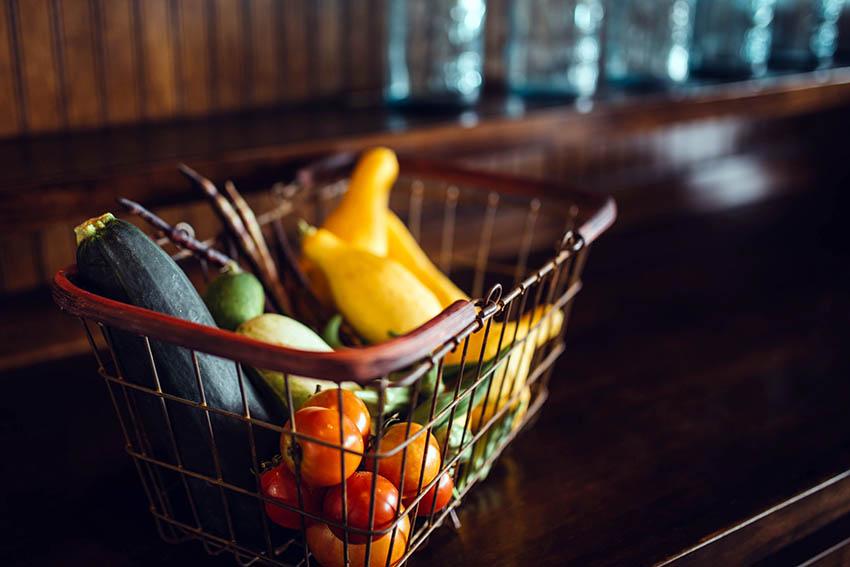 Cadis avec des légumes et des fruits